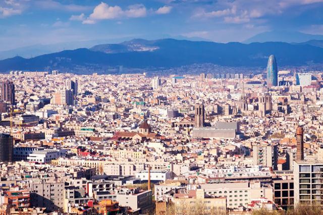 Vista de la ciutat de Barcelona des d'un mirador
