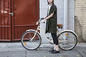 Noia amb la seva bicicleta a un carrer de la ciutat