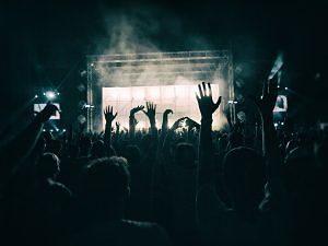 Gent gaudint de la festa a una discoteca