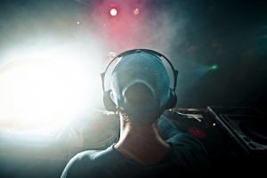 DJ a una discoteca