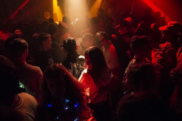 Gent ballant a un club musical