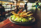 Amanida de cuina alternativa a la barra d'un bar-restaurant