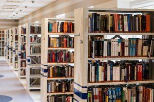 Diversos prestatges amb llibres a una biblioteca pública