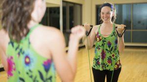 Dona fent exercici a un gimnàs