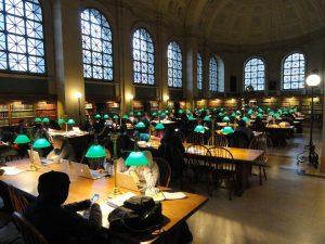 Biblioteca típica amb les llums verdes a les taules