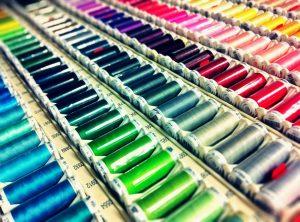 Diferents tipus de fils i colors a una botiga de costura