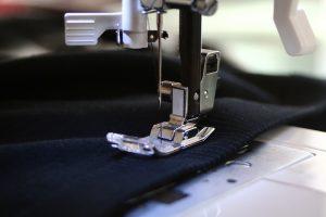 Màquina de cosir en plena feina