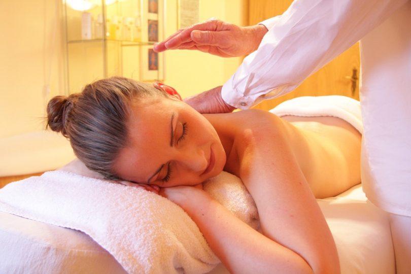 Noia rebent un massatge