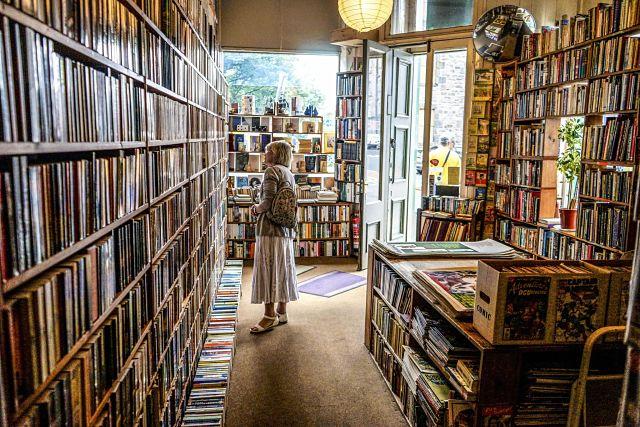 Prestatges a una llibreria de disseny