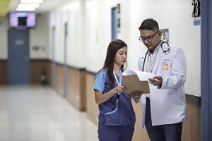 Metges parlant sobre un cas