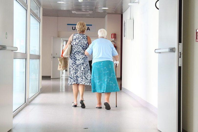 Dues dones entrant a un hospital