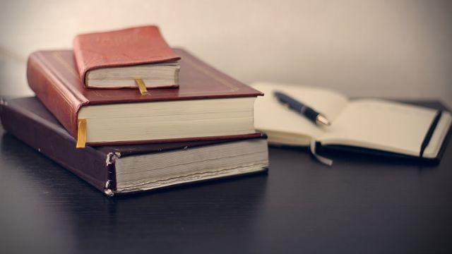 Llibres de Dret sobre un escriptori