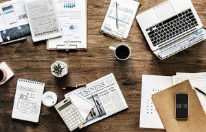 Objectes d'oficina sobre una taula