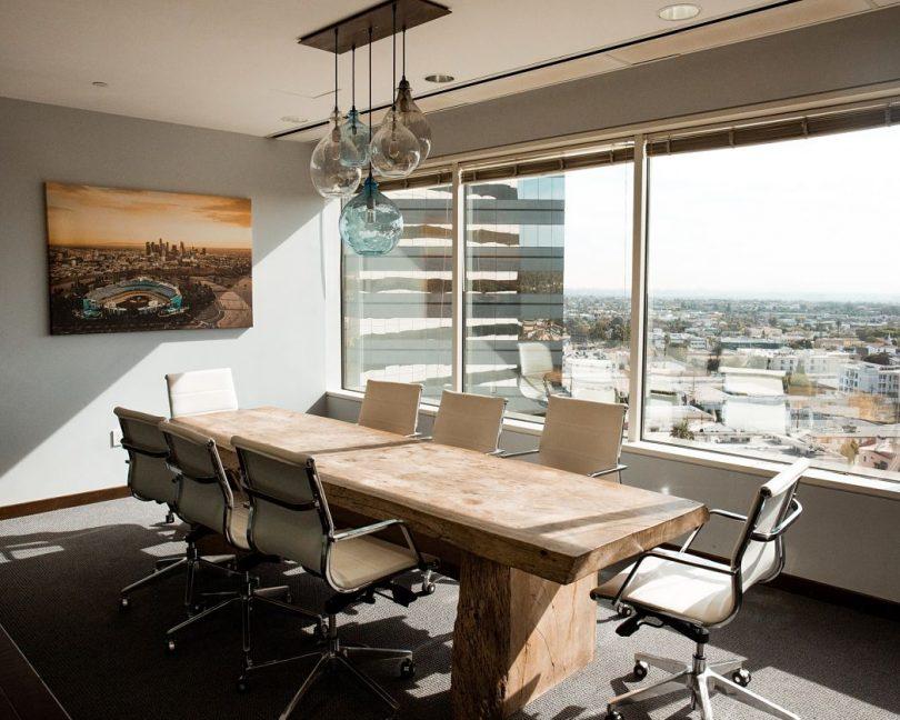 Oficina amb decoració d'estil modern