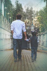 Pare passeja amb el seu fill pel carrer