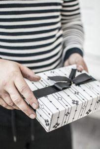 Persona amb un regal ben embolicat a les mans