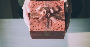 Noia entrega un regal
