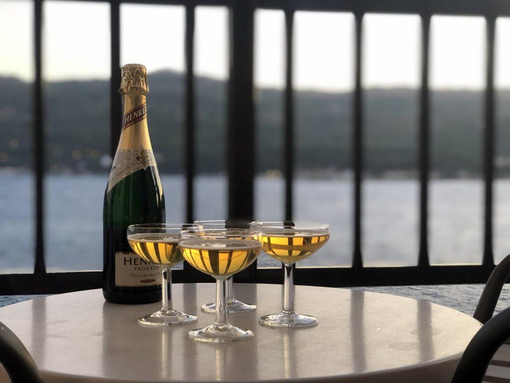 Champagne a una terrassa amb vistes al mar