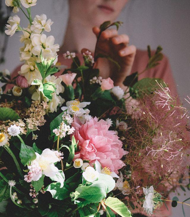Dona agafant un ram de flors