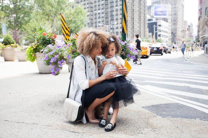 Mare amb la seva filla al carrer d'un ciutat