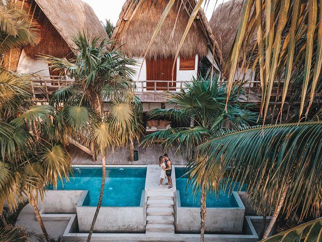 Parella de vacances a un resort paradisíac