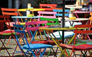 Cadires colorides d'una terrassa.