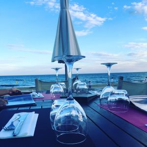 Terrassa d'un restaurant a la vora del mar