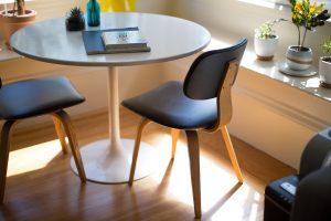 Joc de taula i cadires a un pis moblat