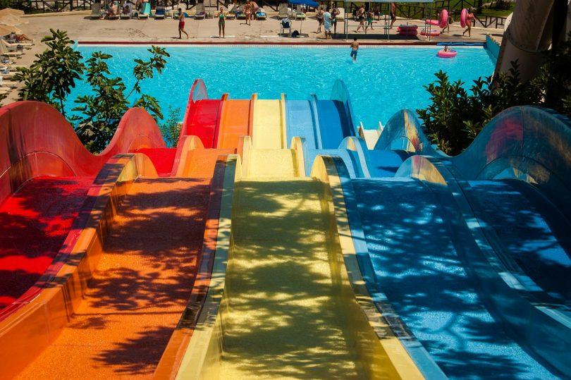 Tobogans de colors d'un parc aquàtic