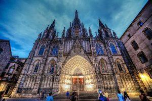Exterior de la Catedral de Barcelona de nit