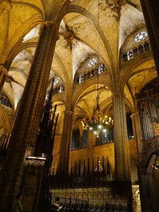 Pilars a l'interior de la Catedral de Barcelona