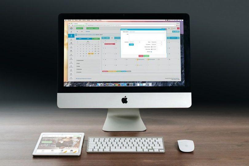 Imatge d'un ordinador amb tasques per a la feina