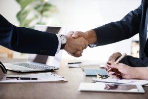 Dos persones es donen la mà després de tancar un tracte