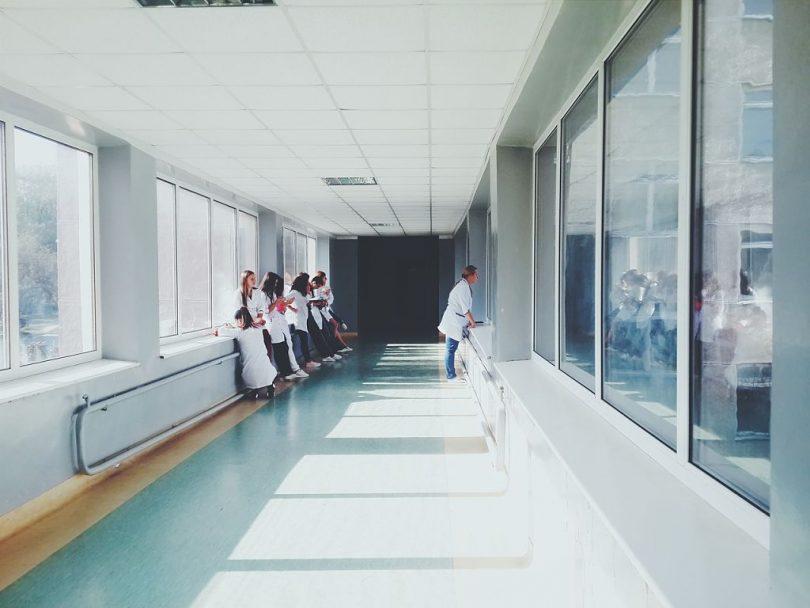 Doctors al passadís d'un hospital