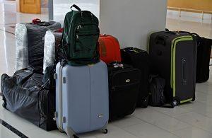 Conjunt de maletes a l'aeroport