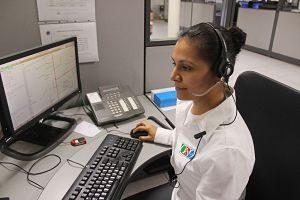 Teleoperadora atenent una trucada
