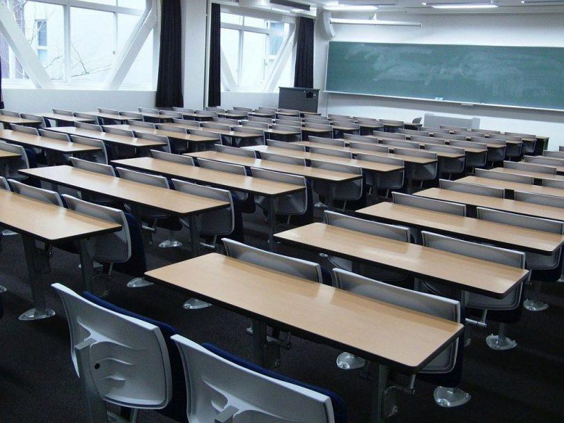 Dins d'una aula a una escola.