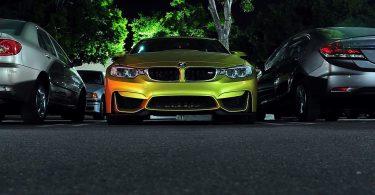 Cotxe BMW aparcat a un parking
