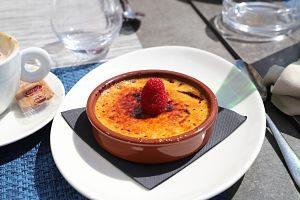 Imatge d'una crema catalana a un restaurant