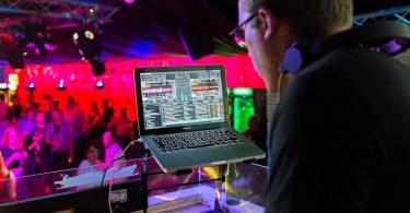 DJ punxant a una discoteca per a majors de 40