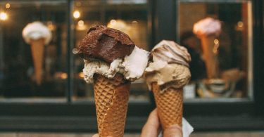 Brindant amb gelat davant una gelatería
