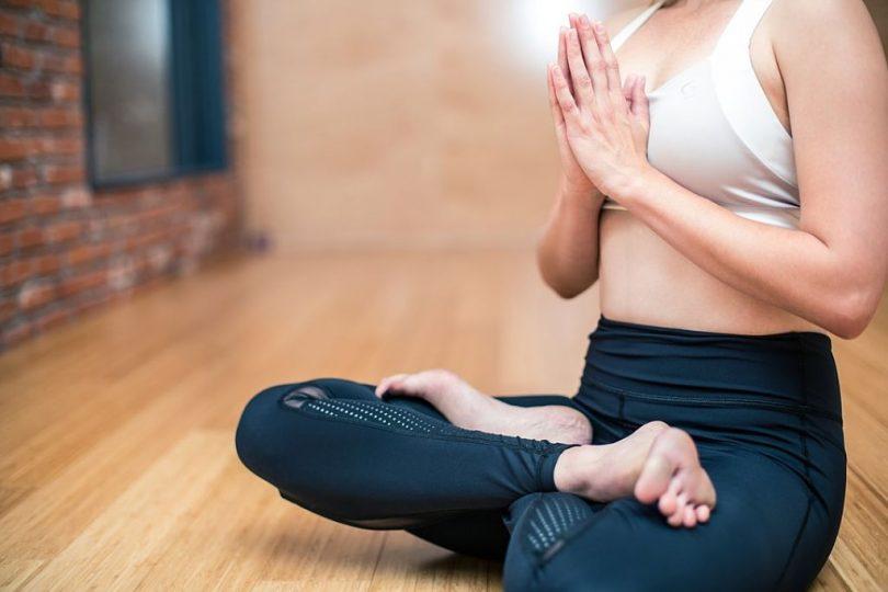Dona practicant ioga a un estudi.