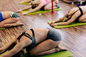 Persones fent una classe de ioga