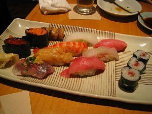 Safata de diversos tipus de sushi
