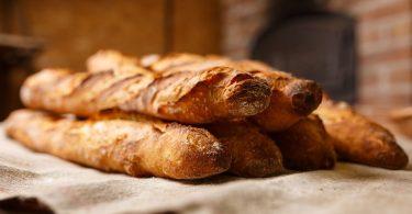Barres de pa exposades a una fleca
