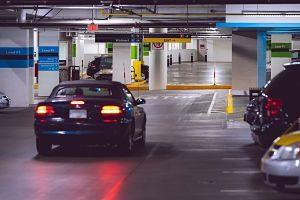 Cotxe aparcant a un pàrquing subterrani