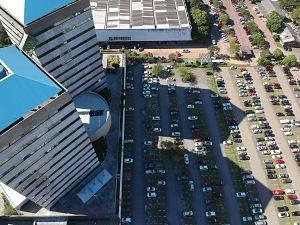 Zona d'aparcament propera a edificacions comercials