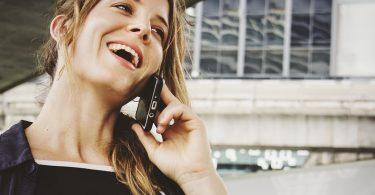 Dona parlant per telèfon