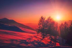 Posta de sol a una muntanya nevada