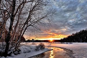 Imatge d'un riu encerclat per la neu